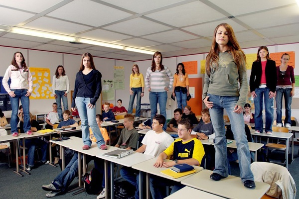 Streitschlichter stehen auf den Tischen in ihrem Klassenzimmer