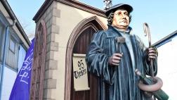 Eine 3,40 Meter hohe Luther-Figur aus Styropor steht auf dem Motivwagen der evangelische Kirche für den Mainzer Rosenmontagsumzug.