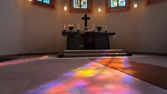 Buntes Licht scheint in einen Kirchenraum