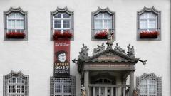 Das Rathaus auf dem Marktplatz der Lutherstadt Wittenberg mit einem Banner zum Reformationsjubilaeum 2017.