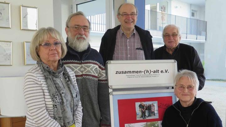 Helga Heidgen, Gerhard Löffler, Wolfgang Osenbrügge, Helmut Westhoff und Gudrun Löffler (v.l.n.r.) leben seit 2013 gemeinsam im Wohnprojekt ILEX in Hanau.