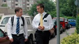 Die Mormonen Scott Nelson und Bryson Reschke aus den USA besprechen auf einer Straße in Frankfurt/Main ihren nächsten Termin.