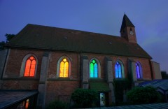 Regenbogen-Lichtinstallation in einer Kirche