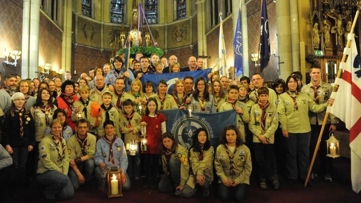 Pfadfinder nehmen im Dezember 2012 das Friedenslicht in Wien entgegen.