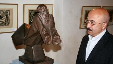 """Die Figur """"Schwebender Gottvater"""" aus Böttger Steinzeug von 1922 gehört zu den 47 Werken der Ausstellung """"Ernst Barlach - Mystiker der Moderne""""."""