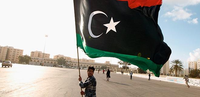 Demonstrant mit libyscher Flagge