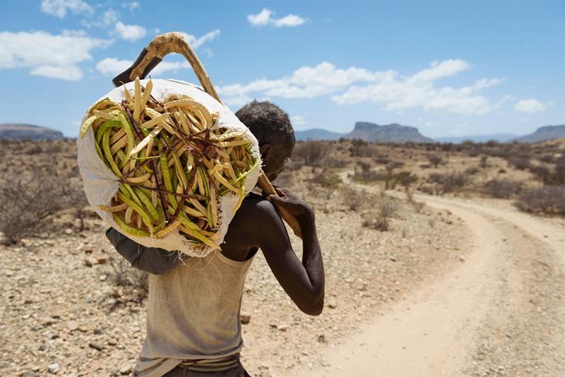 Mann mit Bohnensack auf dem Rücken