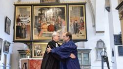 Chris Ferguson, Generalsekretär der Weltgemeinschaft Reformierter Kirchen, umarmt Martin Junge, Generalsekretär des Lutherischen Weltbunds.