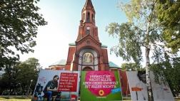 Wahlplakate von SPD, Gruenen und der FDP zur Bundestagswahl  in Berlin, hier vor der evangelischen Emmaus-Kirche in Kreuzberg