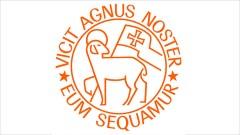 """Unitäts-Logo der Herrnhuter Brüdergemeine mit der lateinischen Umschrift """"Vicit Agnus Noster - Eum Sequamur"""", zu Deutsch """"Unser Lamm hat gesiegt - lasst uns ihm folgen""""."""