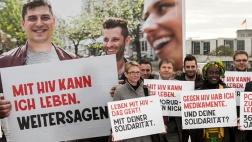 Zum Start der Kampagne zum Welt-Aids-Tag 2017 halten engagierte Menschen Plakate hoch, die zu Solidarität aufrufen