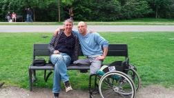 Viktor Staudt (r) trifft den Mann wieder, von dem er nach seinem gescheiterten Suizid Drogen kaufen wollte.