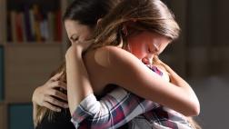 Zwei Frauen trösten sich
