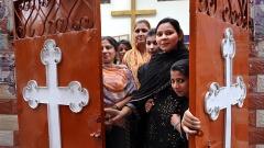 Frauen vor dem WAKE Centre Joyshah (Women And Kids Education) in einer Kirche in Old Lahore, Pakistan. Die Organisation WAKE kämpft in Pakistan für die Rechte von Frauen und Mädchen.