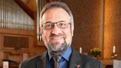 Pastor Harald Rueckert aus Reutlingen steht in einer Kirche