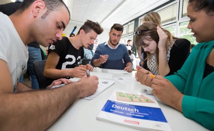 In der Friedrich-Feld-Schule im hessischen Gießen werden minderjährige Flüchtlinge in einem Projekt unterrichtet.