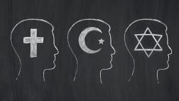 Symbole der Weltreligionen auf einer Kreidetafel.