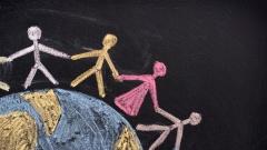 Tafel mit einem Globus mit Menschen, die sich an den Händen halten.