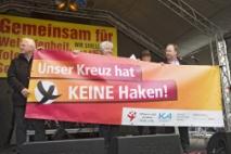 """Banner: """"Unser Kreuz hat keine Haken"""""""
