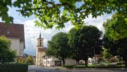 Der Dorfplatz an der evangelischen Christuskirche in Partenstein.