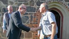 Lutz Wieland begrüßt Bischof der Evangelischen Landeskirche in Württemberg, Frank Otfried July.