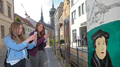 """In der Lutherstadt Wittenberg ist in einer Open-Air-Galerie """" 95 Türen zur Reformation"""" zu sehen."""