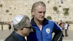 Der israelische Verbandschef Ozon (Moshe Igvy, li.) gibt dem deutschen Trainer Müller (Detlev Buck, re.) einen Crashkurs in Geschichte.