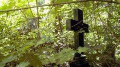 Ein Grabkreuz im verwilderten hinteren Teil des St. Hedwigs - Friedhof im Berliner Stadtteil Hohenschönhausen.