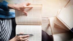 Frau liest in einer Bibel.