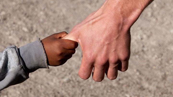 Kinderhand hält Erwachsenenhand