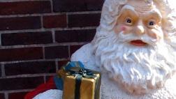 Foto zeigt eine Weihnachtsmannfigur, weißer Bart