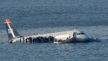 Passagiere stehen nach der Notlandung im Hudson River auf den Tragflächen des Airbus A320 von US Airways.