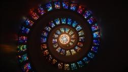 Spriralförmiges Mosaikfenster.