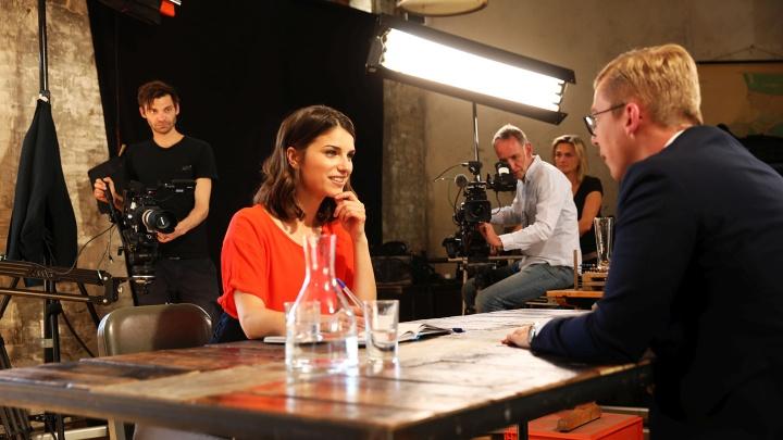 Moderatorin Sandra Rieß im Gespräch mit einem Jungpolitiker.
