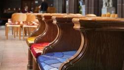 Leere Bänke in der Kathedrale von Manchester