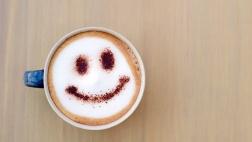 Tasse Kaffe mit Milchschaum und Smiley