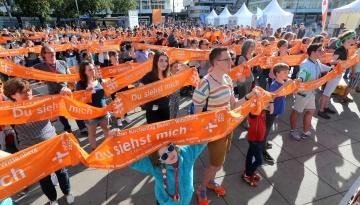 """Der Flashmob """"Längster Kirchentagsschal der Welt"""" am 26. Mai beim Kirchentag in Berlin."""
