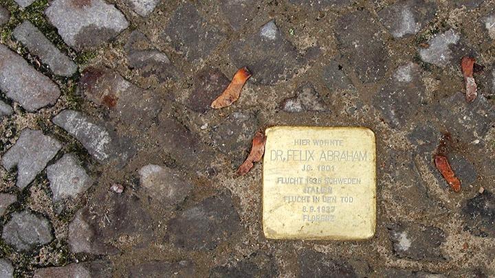 """Im Gehweg eingelassener, messingfarbener """"Stolperstein"""", der an den jüdischen Arzt Felix Abraham, Gritznerstr. 78, Berlin-Steglitz erinnert/ November 2016"""