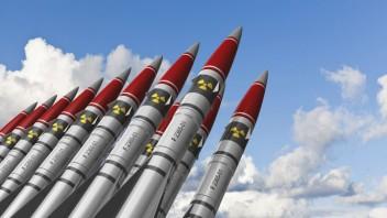 Atomraketen vor blauem Himmel