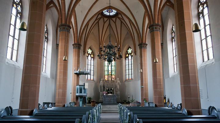 Innenraum der Johanneskirche in Eltville-Erbach, von Süden gesehen.
