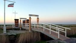 Die Brücke der Erinnerung ist eine Gedenkstätte für Seebestattungen in Harlesiel in Ostfriesland.