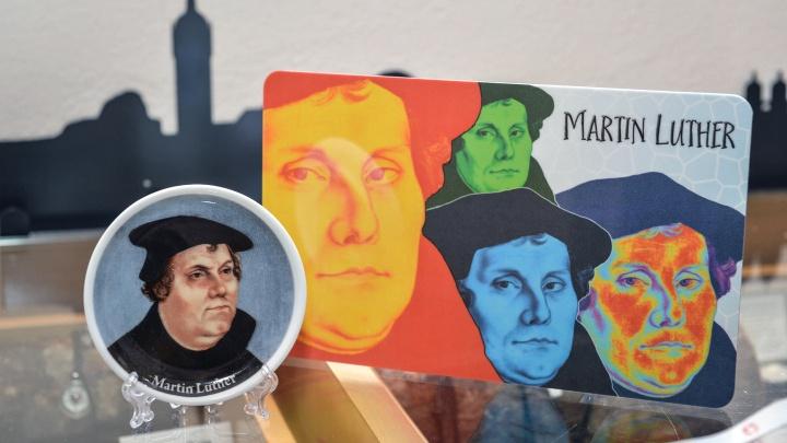 Luther-Souvenirs im Laden der Tourist-Information in Wittenberg.