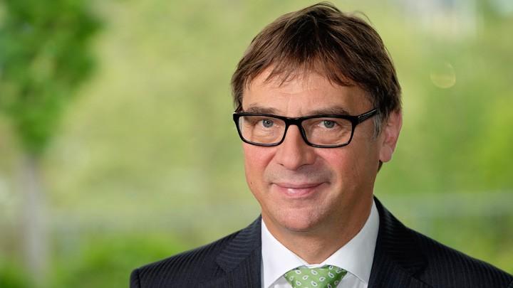 Volker Jung vor grünem Hintergrund