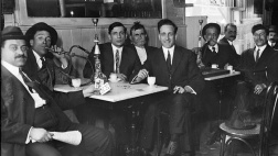 Männer mit Wasserpfeife in einem syrischen Restaurant in New York.