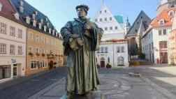 Denkmal des Reformators Martin Luther auf dem Marktplatz in Eisleben.