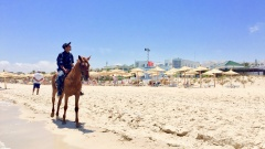 antaoui Bay ist der vermutlich bestbewachteste Touristen-Strand Tunesiens: Zum Strandpersonal jedes Hotels gehören neben den Bademeistern, die auf die Schwimmenden achten, diskret gekleidete Security-Männer in Shorts und T-Shirt.
