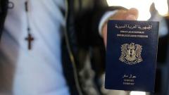 Ghassan Aleid zeigt seinen syrischen Pass. Er ist syrischer Christ und aus seiner Heimat nach Frankreich geflohen.