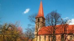 Außenaufnahme der Kirche mit Blick auf Sakristei aus Sicht des Pfarrgartens.