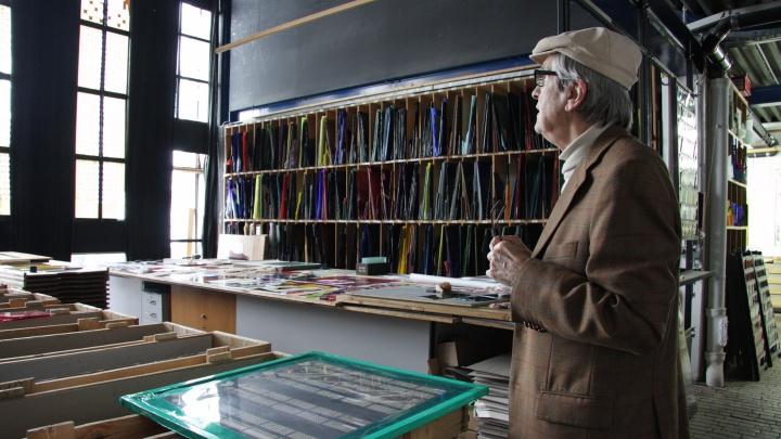 Glasbildner Johannes Schreiter in der Glaswerkstatt Derix im Taunus.