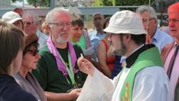 Austeilen der Hostien bei der Eucharistiefeier im Schlussgottesdienst